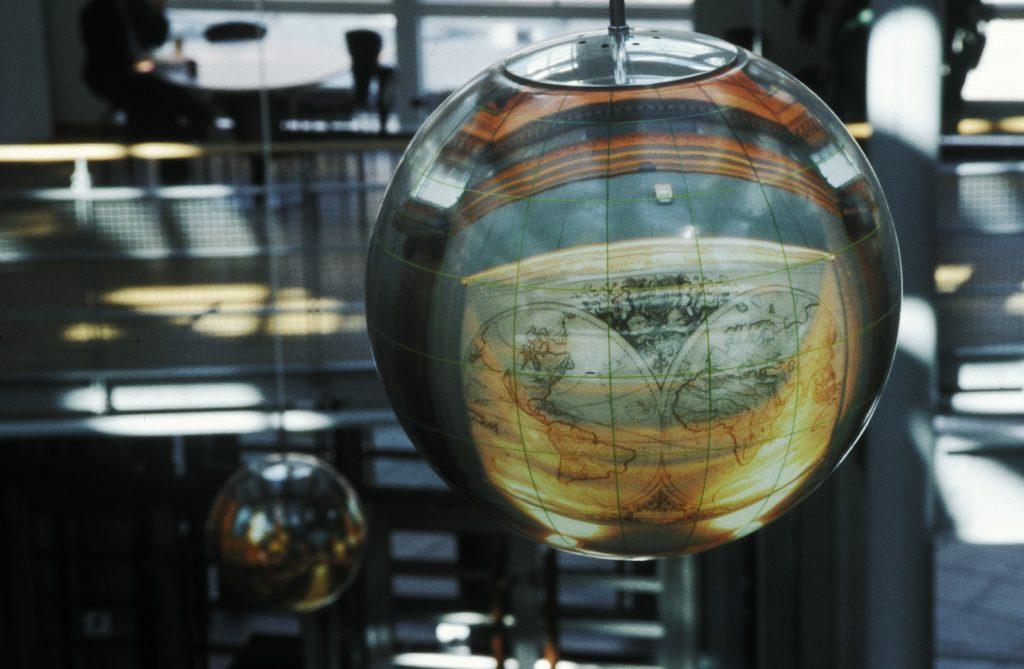 I en av globarmaturerna ser man på nära håll en världskarta. Mats Bigert och Lars Bergström, Tanke inkognito/Rum för reflexion