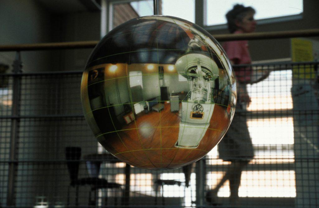 Globarmatur med foto av ett kalt rum och något som liknar ett enormt stjärnteleskop. Mats Bigert och Lars Bergström, Tanke inkognito/Rum för reflexion