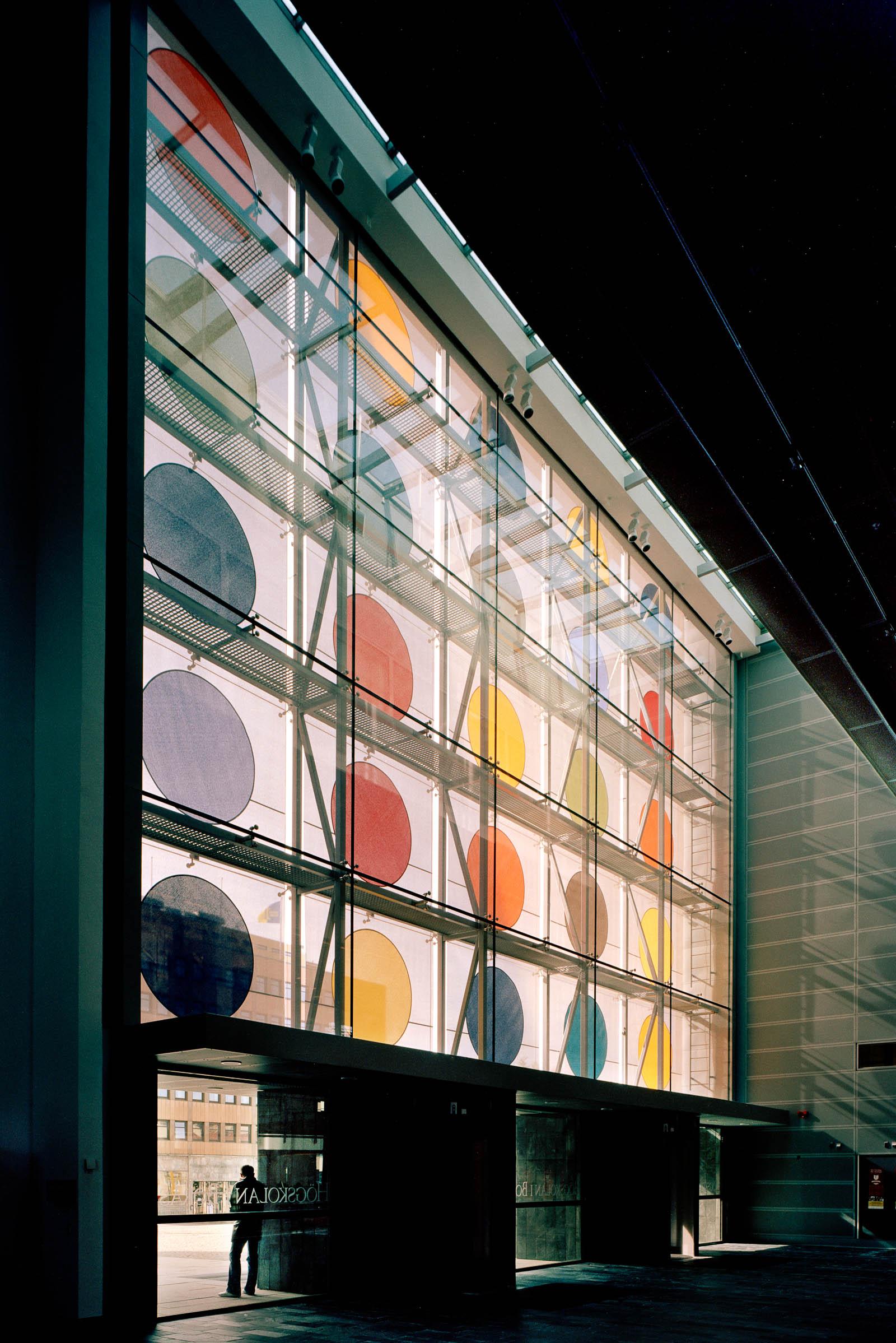 Solavskärmningen snett nerifrån på insidan, med linor, våder och dubbelglas. Kontrapunkt, Eva Stephenson-Möller