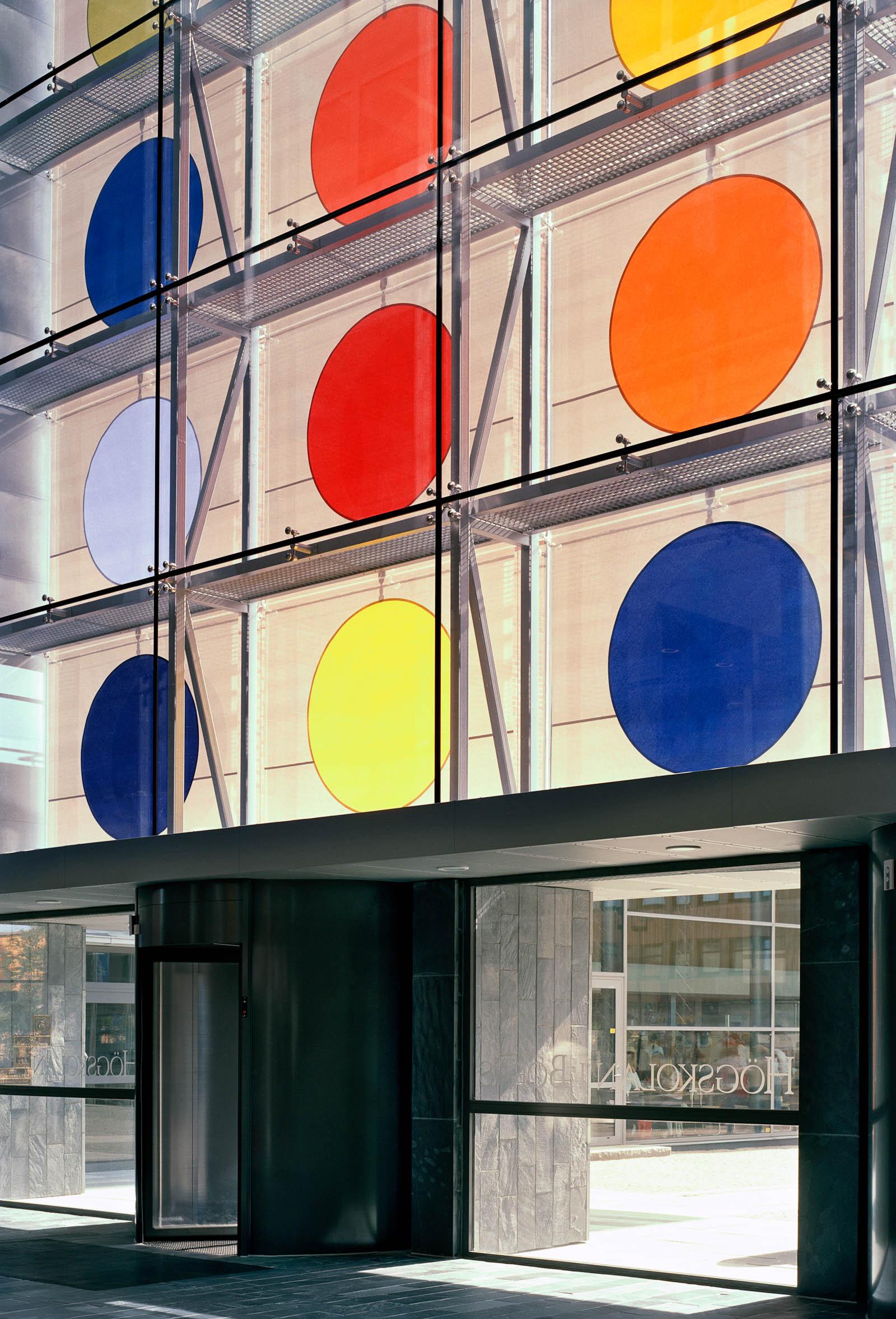 Solavskärmningen från insidan, med färgglada prickar och lyftmekanismen. Kontrapunkt, Eva Stephenson-Möller
