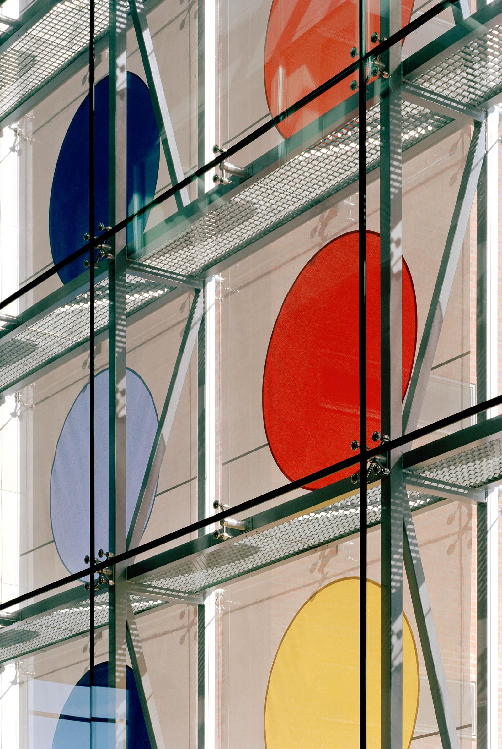 Detalj av solavskärmningen från insidan, med färgglada prickar och lyftmekanismen. Kontrapunkt, Eva Stephenson-Möller