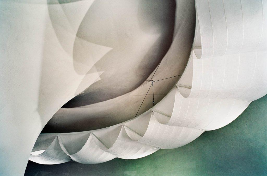 Textila våder i olika vita toner har draperats i vågformer på en ringkonstruktion av metall. Nomura Kazuyo, Reflektion. Himlavalv, Reflex 1 och 2
