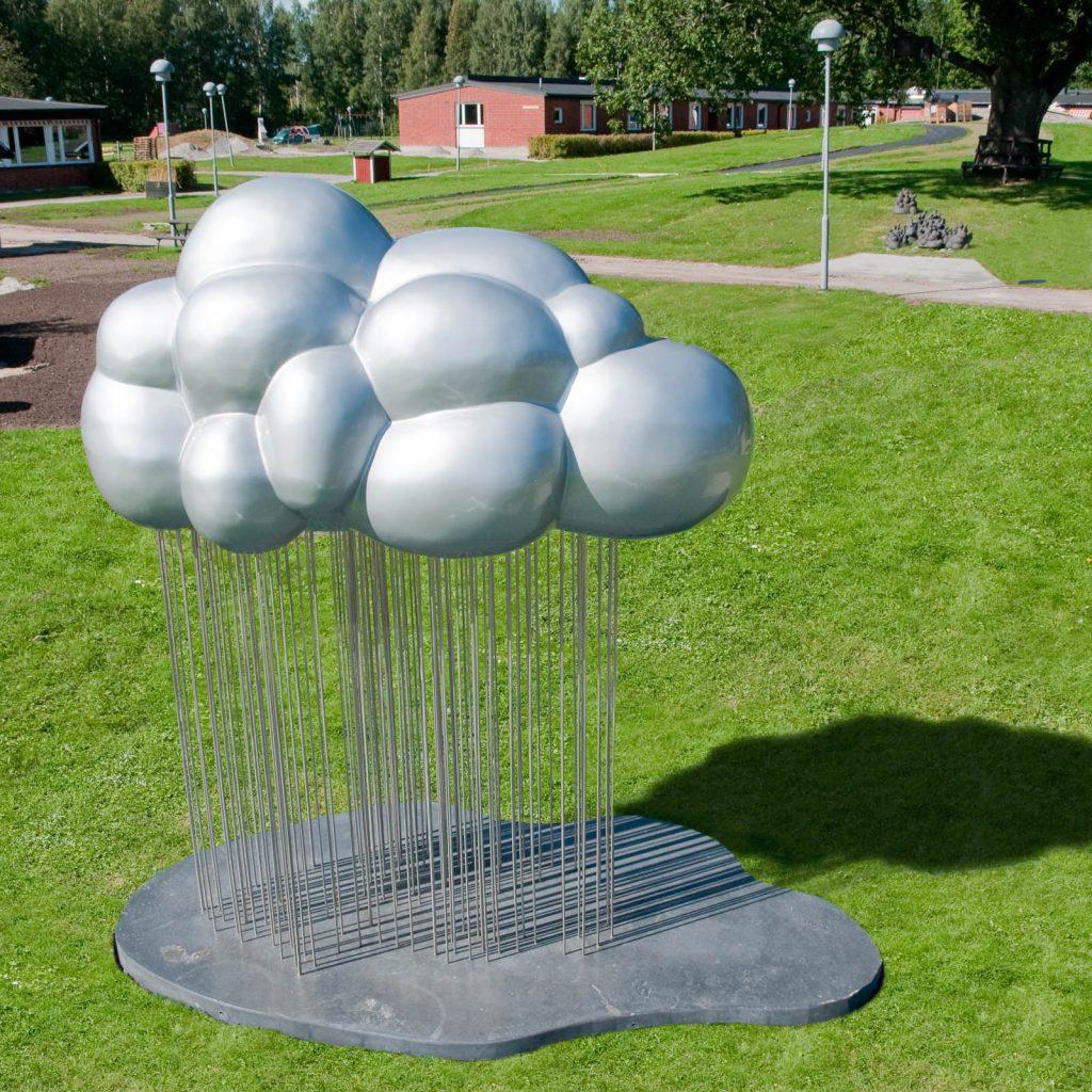 Ett silverglänsande bulligt moln, fäst vid marken via en mängd tunna grå stänger - eller är det fallande regn? Jennifer Forsberg, En liten berättelse i tre delar