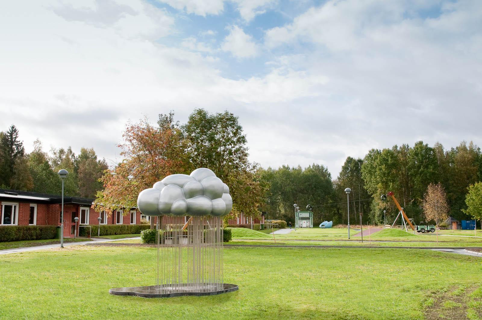 Molnet står på en gräsmatta. I basen har det en grå platta, eller kanske är det en regnpöl. Jennifer Forsberg, En liten berättelse i tre delar
