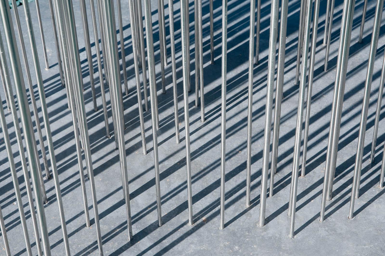 Molnets grå stänger är fästa i en grå basplatta. Detalj. Jennifer Forsberg, En liten berättelse i tre delar - Den Eken o