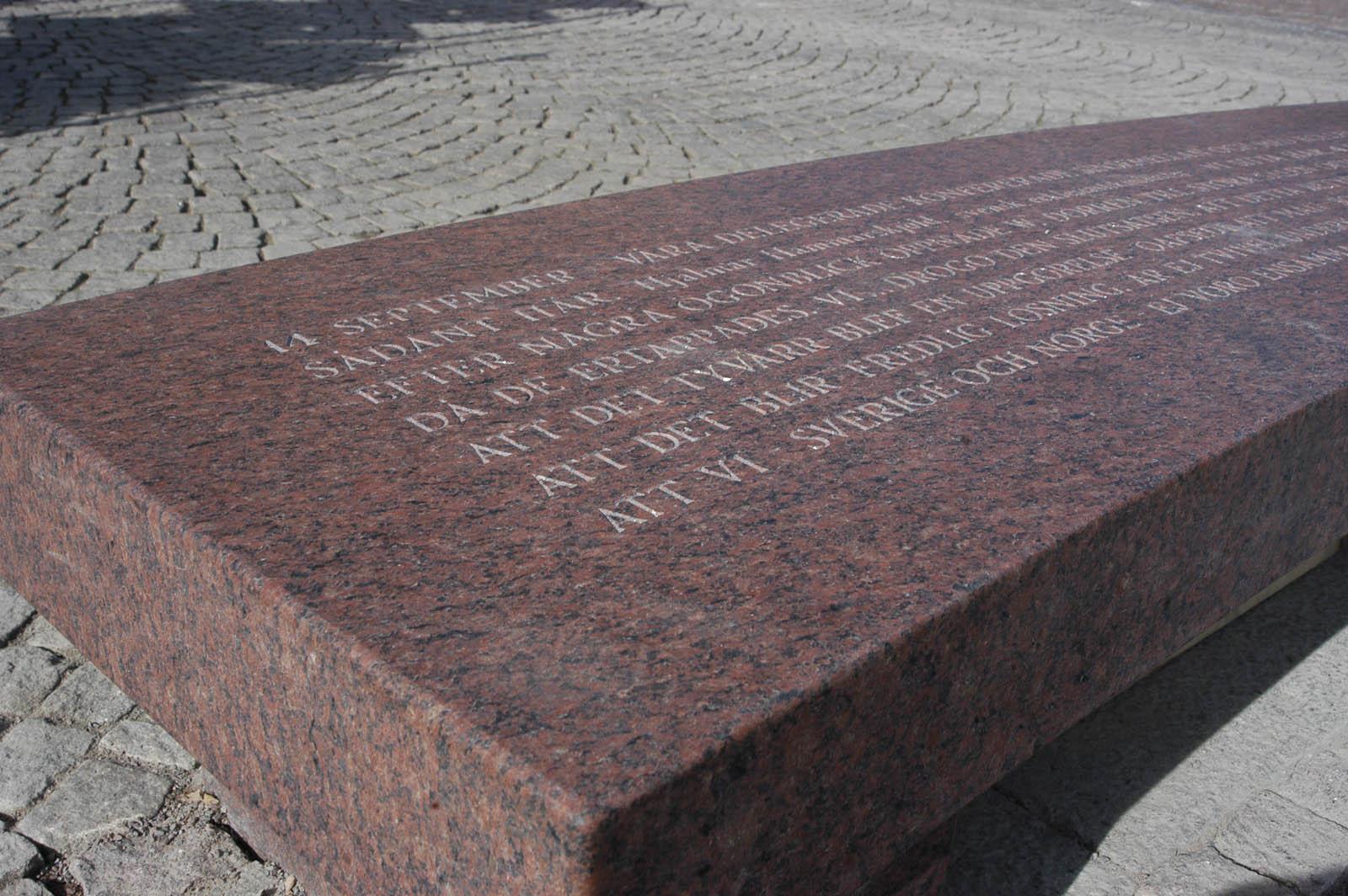 """Del av graverad text på granitbänk. Man ser bl.a. orden: """"Att det blir fredlig lösning."""" Och: """"Att vi, Sverige och Norge..."""" Jenny Holzer, For Karlstad."""
