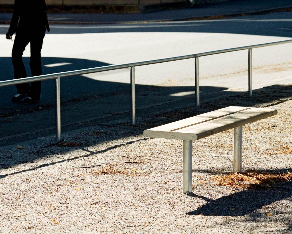 En bänk i närheten av räcket. Love and devotion, helhetsgestaltning av Olaus Petri-skolan