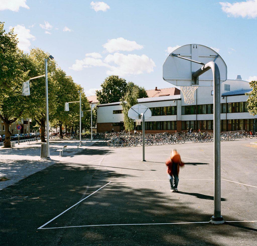 Bredvid boulebanan ligger basketplanen och de fulla cykelställen. Love and devotion, helhetsgestaltning av Olaus Petri-skolan