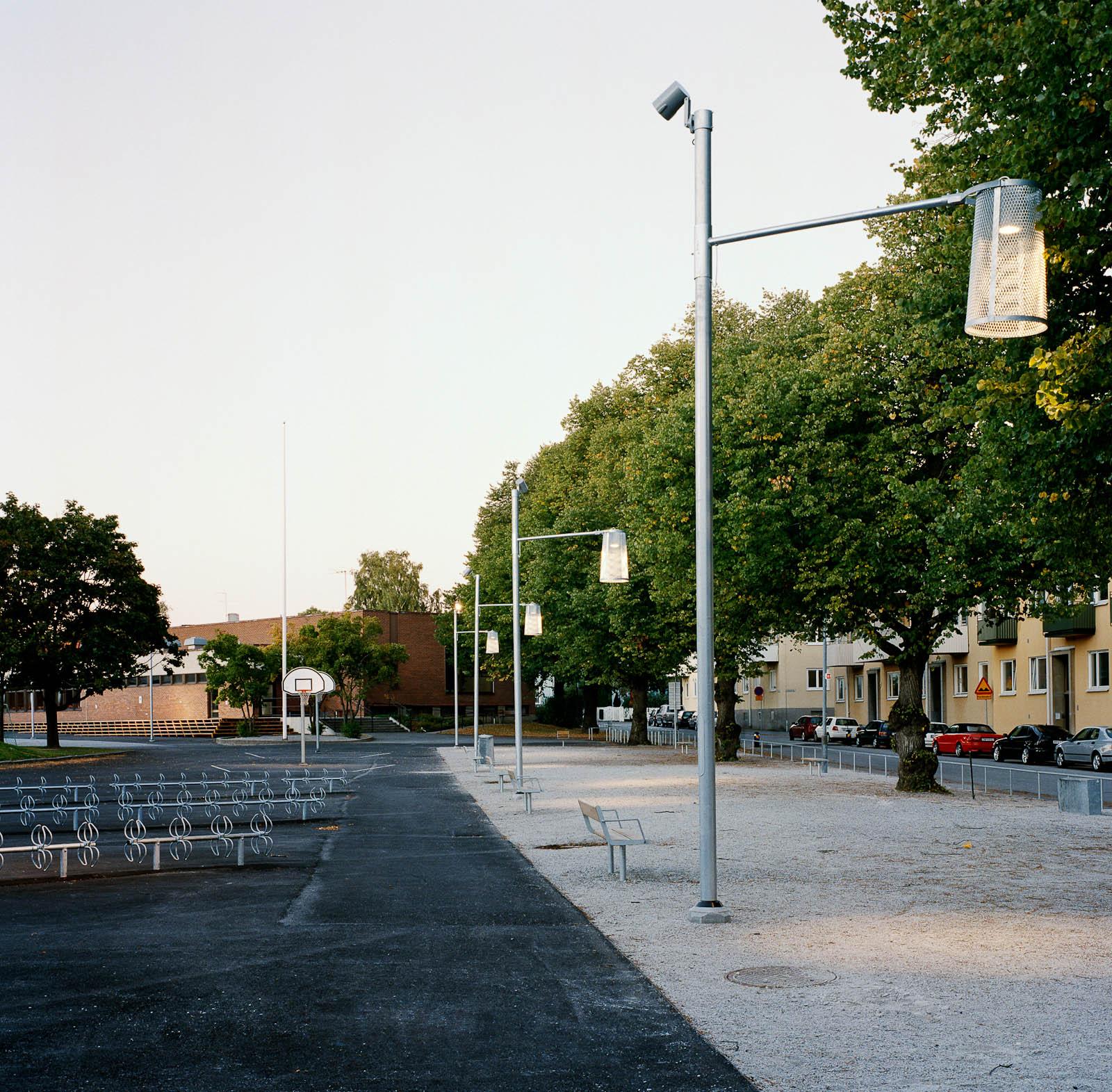 Bredvid skolgården och boulebanan ligger gatan. Love and devotion, helhetsgestaltning av Olaus Petri-skolan