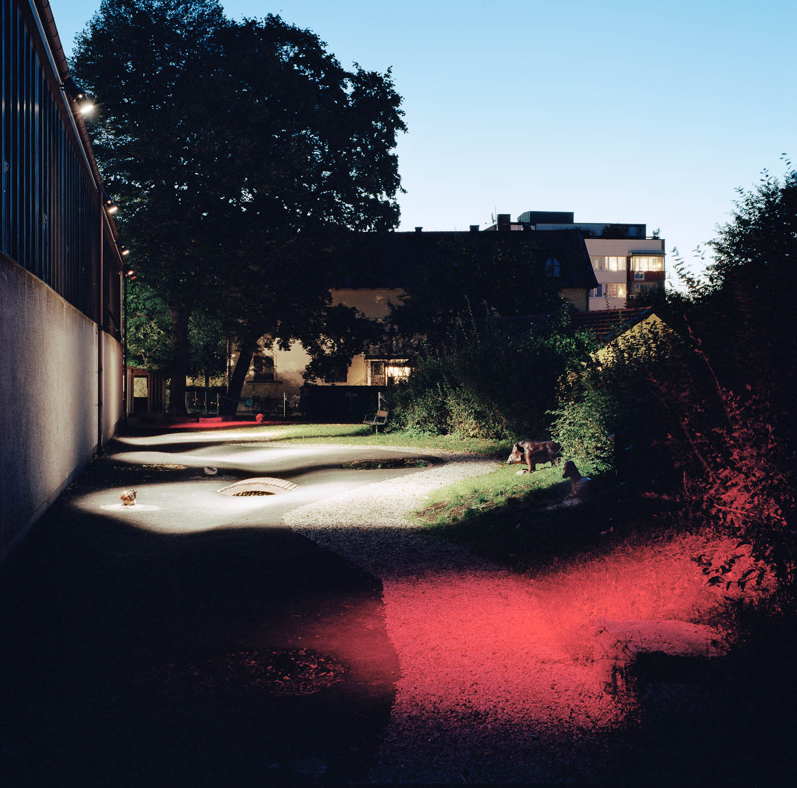 En slingrande bäck för de minsta, med betongdjur, en bro och röd belysning om kvällen. Love and devotion, helhetsgestaltning av Olaus Petri-skolan