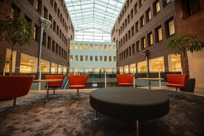 Skatteverkets ljusgård med delar av verket på vardera väggen. Annika Svensson, Flytande, Rinnande, Droppande…Dripp, Dropp.