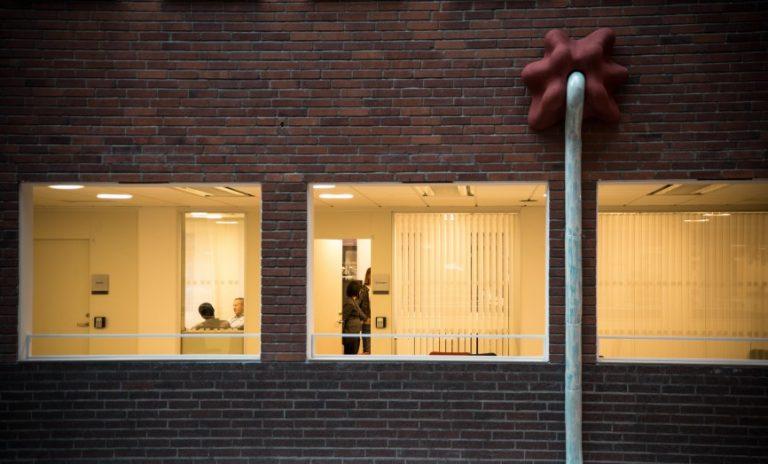 En tjock sträng söker sig som smält stearin sex meter nerför väggen från en terracottafärgad ventil. Annika Svensson, Flytande, Rinnande, Droppande…Dripp, Dropp.
