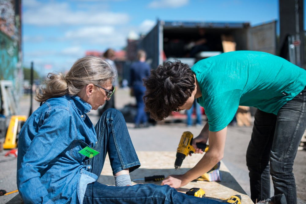 Två volontärer hjälps åt med byggandet av HoW. Santiago Cirugeda & Loulou Cherinet, How/Gibca.