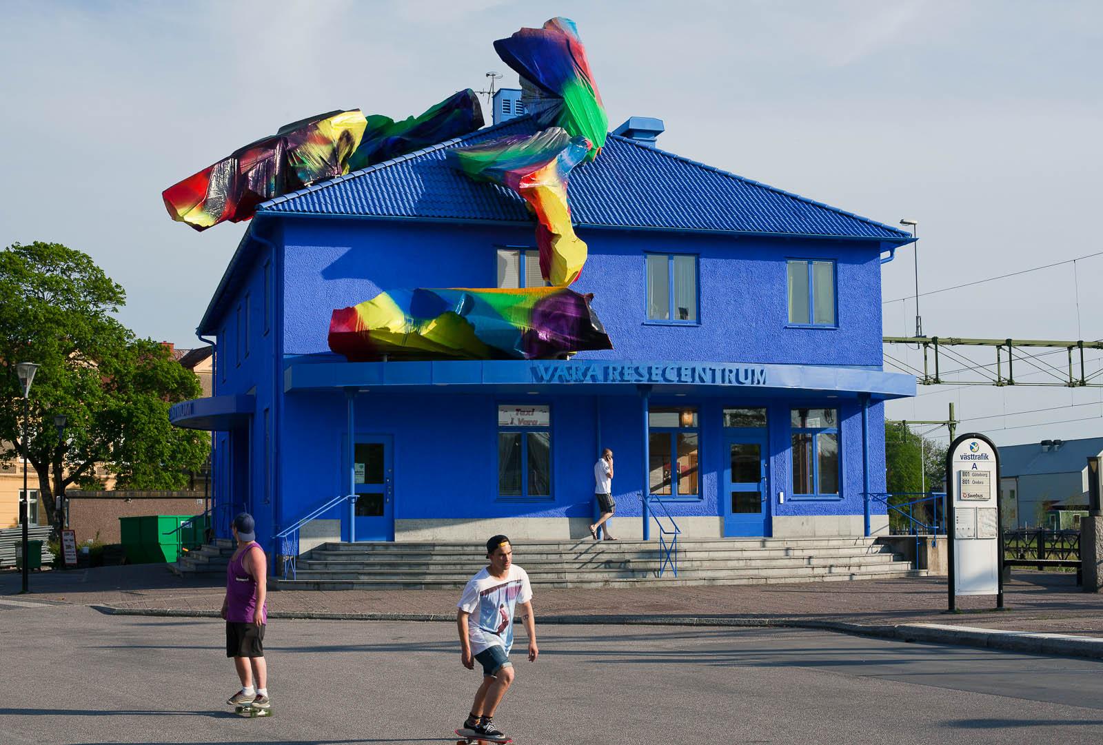 Blåmålade Vara Resecentrum, med färgglada objekt på taket. Katharina Grosse, Blue Orange, 2012