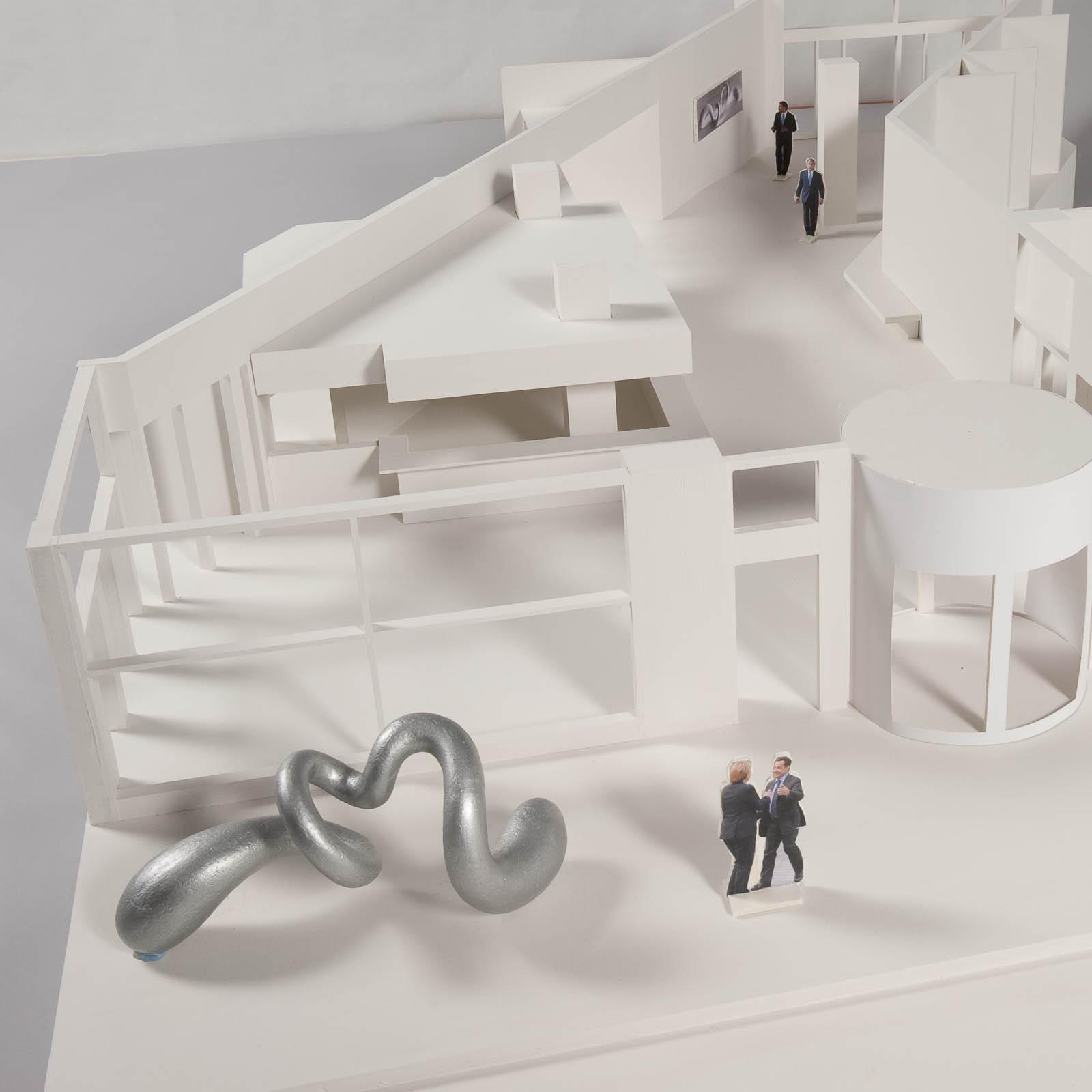 Modell av Eva Hilds skulptur Binär utanför byggnad.