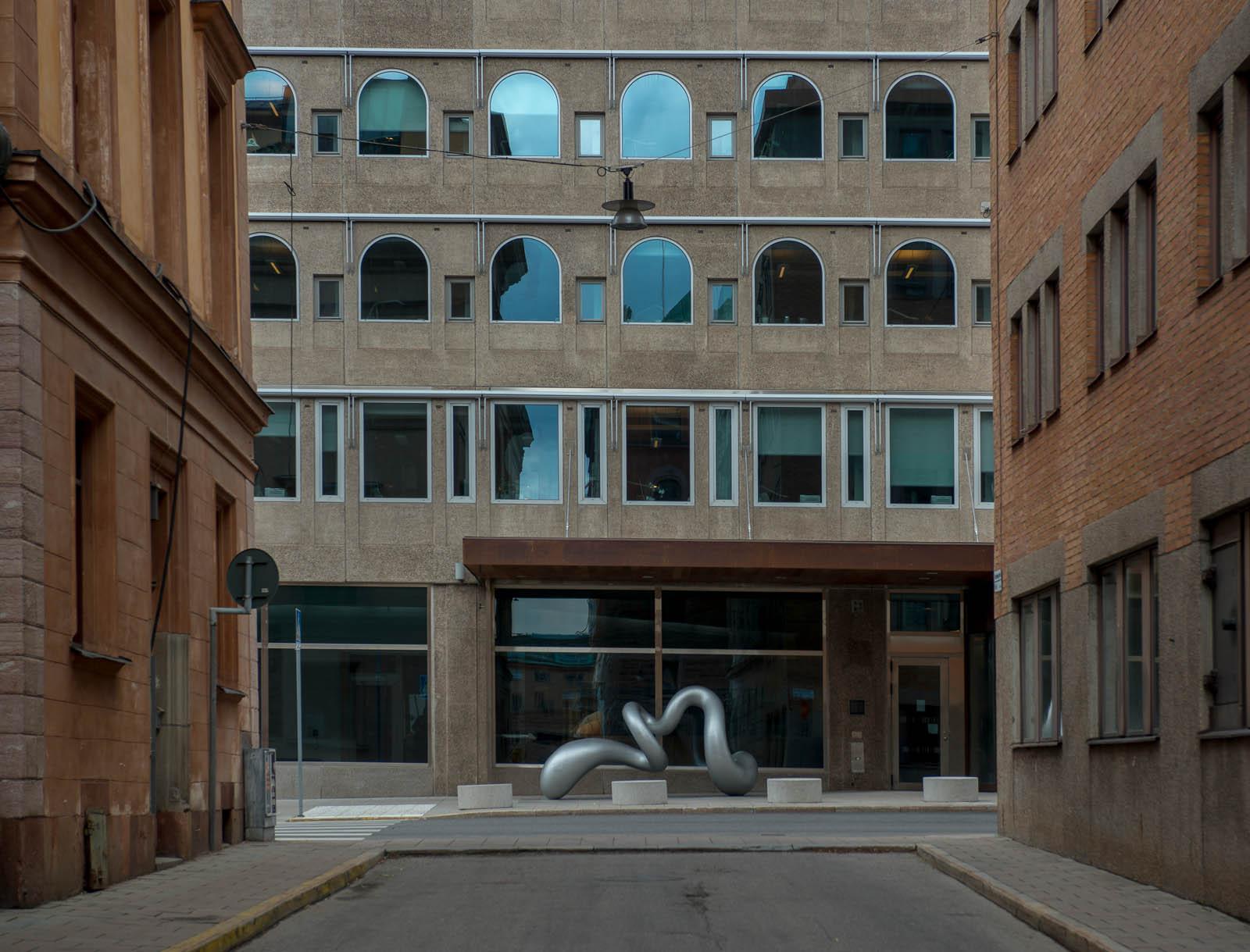 Skulptur i aluminium, med skruvad form, på Jakobsgatan i Stockholm. Eva Hild, Binär, 2013
