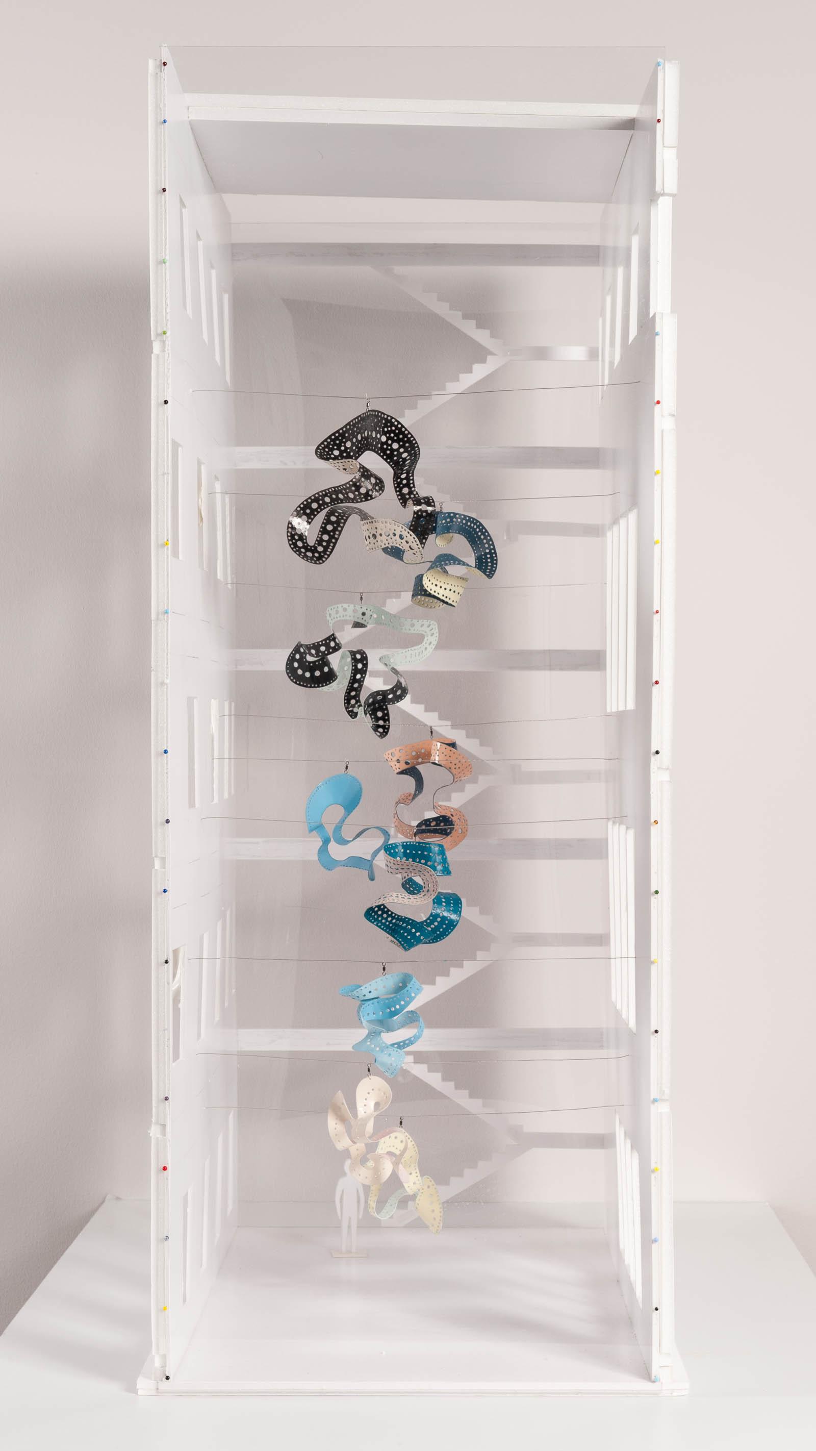 Modell i liten skala av de upphängda metallbanden i Gunilla Poignants Bevingad.