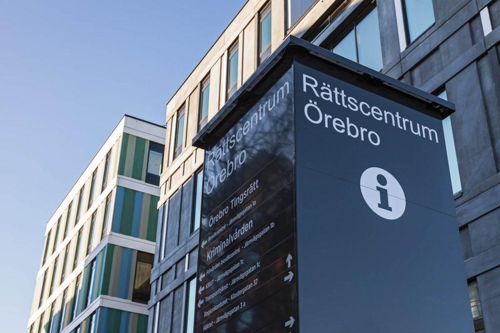 Informationsskylt utanför Rättscentrum Örebro. Gunilla Poignant, Bevingad