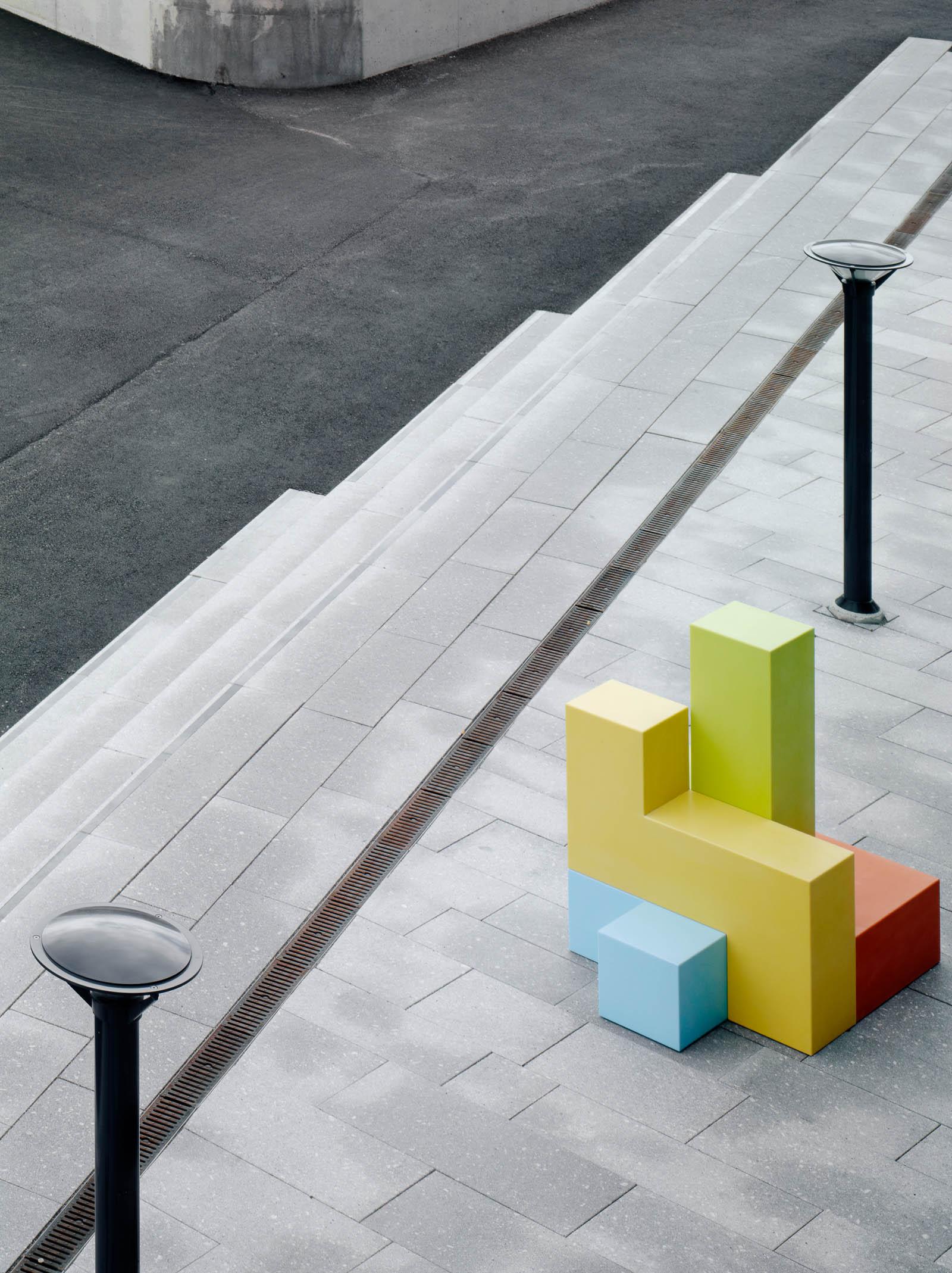 På trottoaren står en grön, gul, orange och blå skulptur. Jacob Dahlgren, Tetris, 2012.