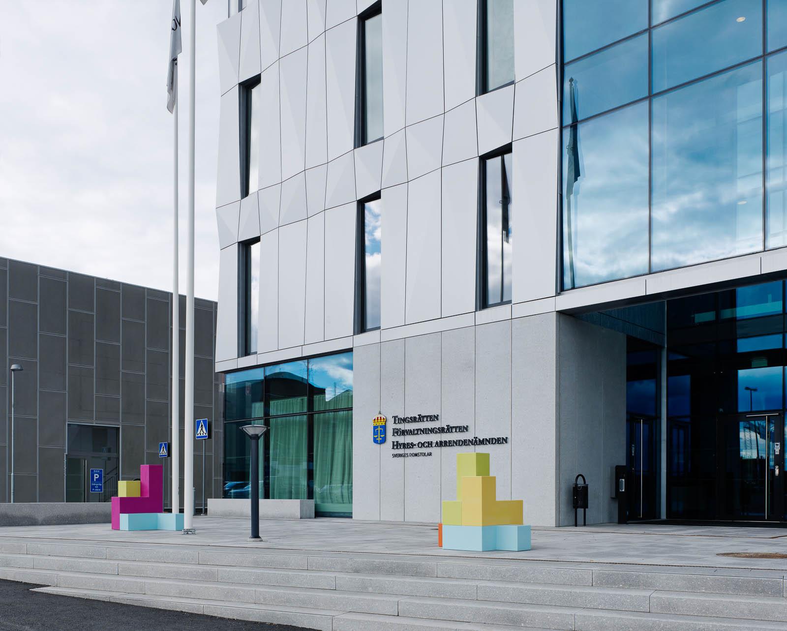 Utanför domstolsbyggnaden står några flerfärgade skulpturer. Jacob Dahlgren, Tetris, 2012.