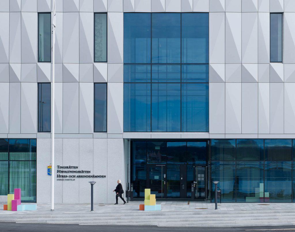Fasaden till Jönköpings Tings- och Förvaltningsrätter med två skulpturer vid ingången. Jacob Dahlgren, Tetris, 2012