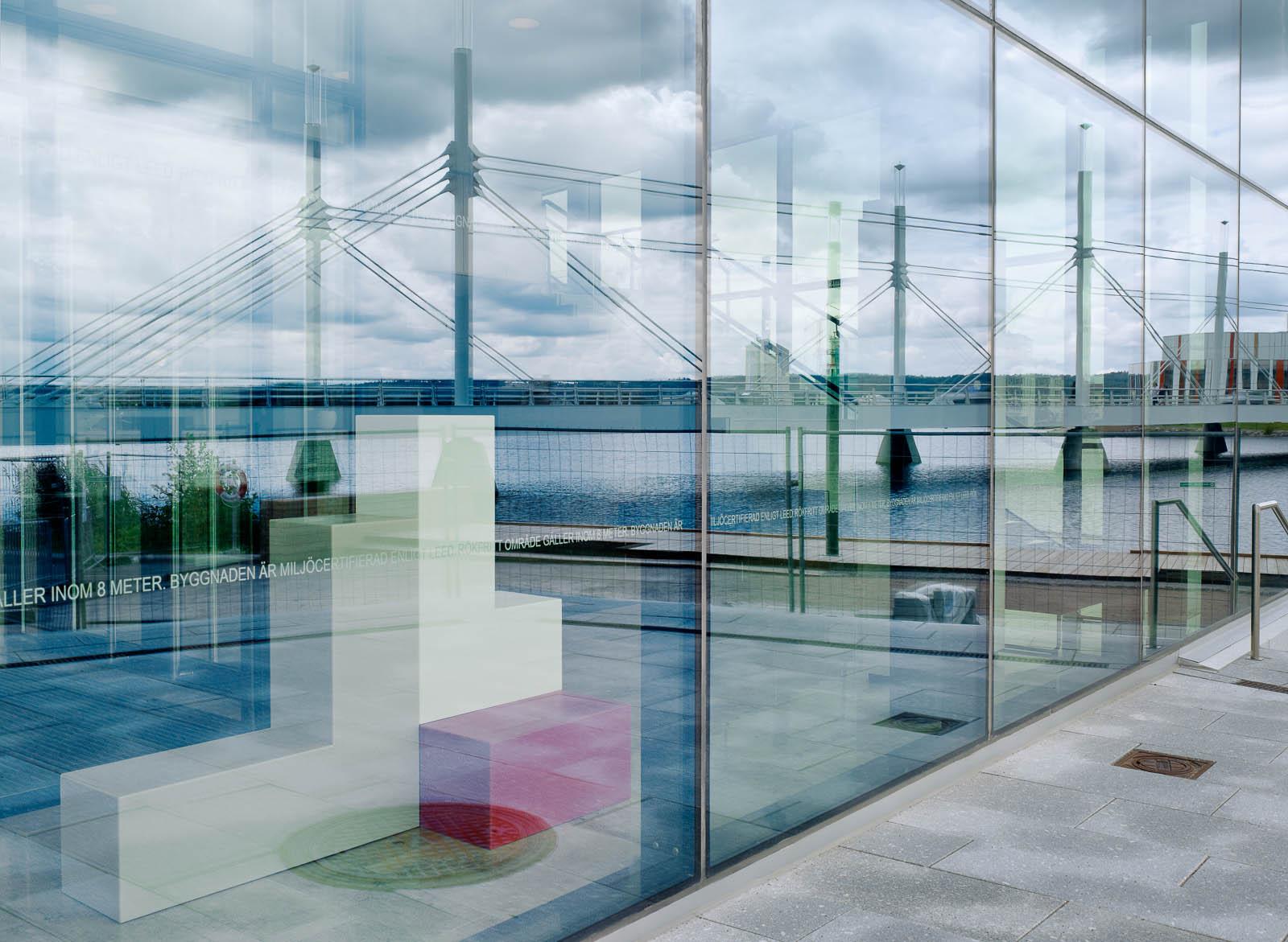 Genom glasfasaden på bottenplan syns en flerfärgad skulptur. Jacob Dahlgren, Tetris, 2012.