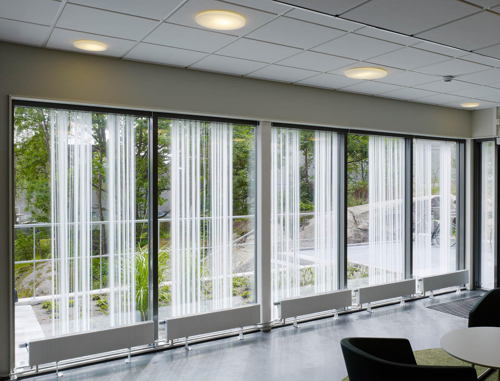 Glasparti med trädgården utanför. Ingegerd Råman, Crystal Curtain (2013)