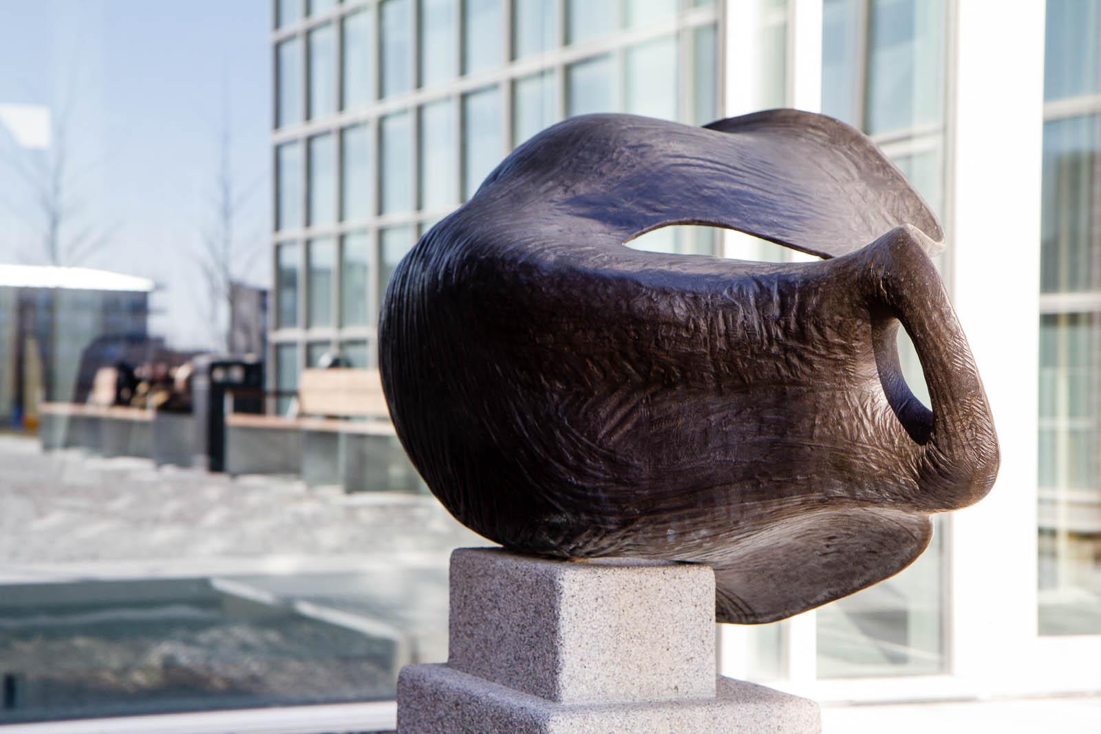 Rundad bronsskulptur. Carl Boutard, Into The Wild (2013)