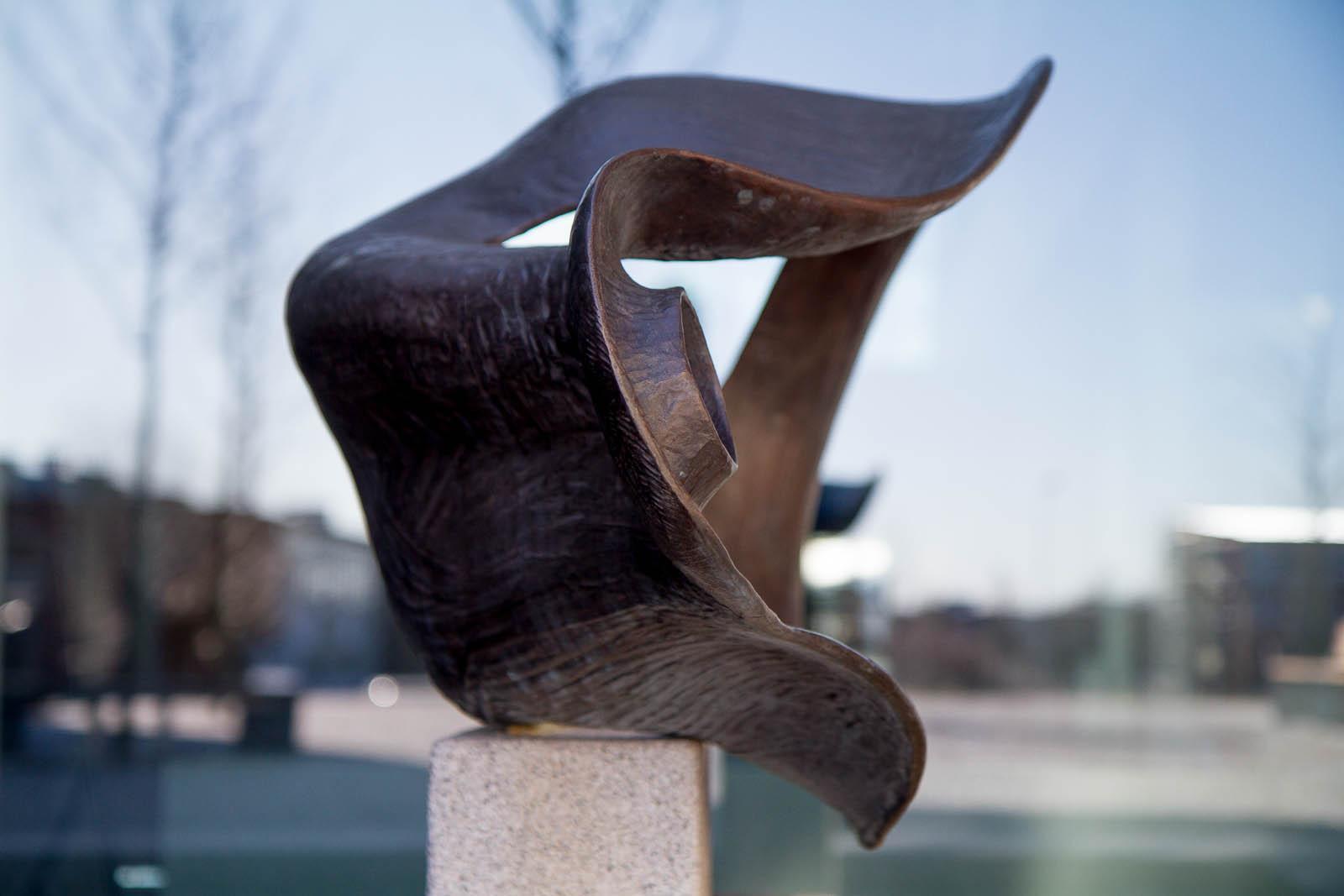 Bronsskulptur med rundade former. Carl Boutard, Into The Wild (2013)