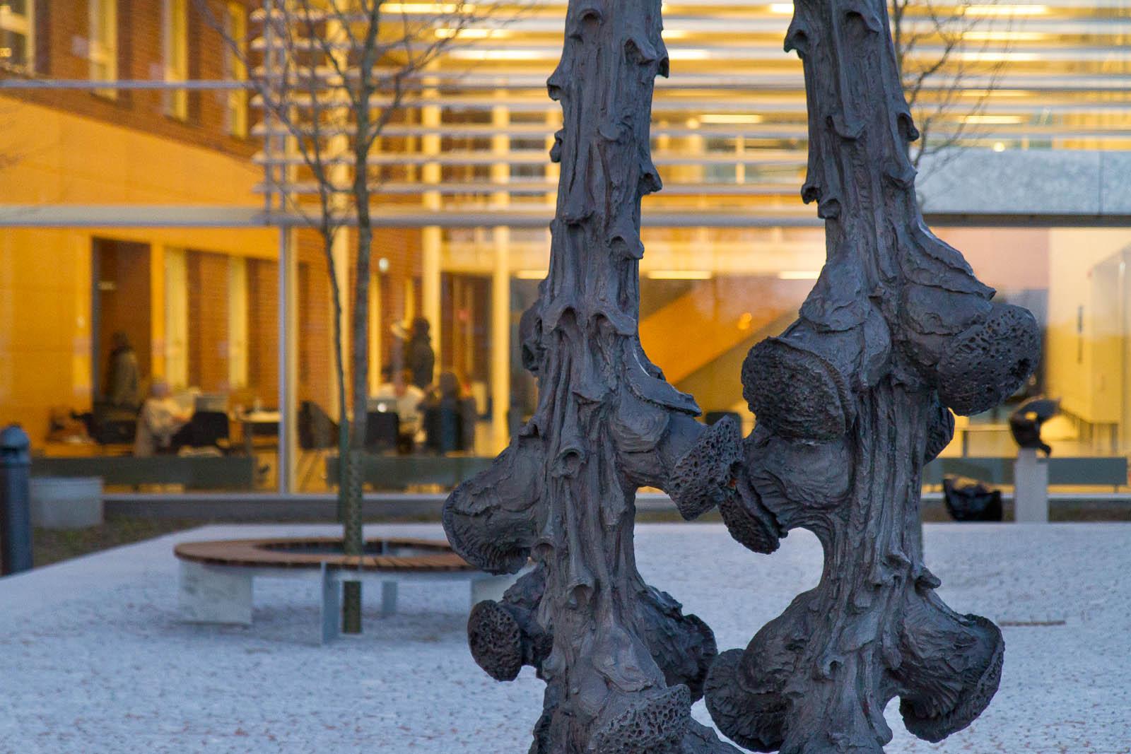 Bronsskulptur i skymningen. Carl Boutard, Into The Wild (2013)