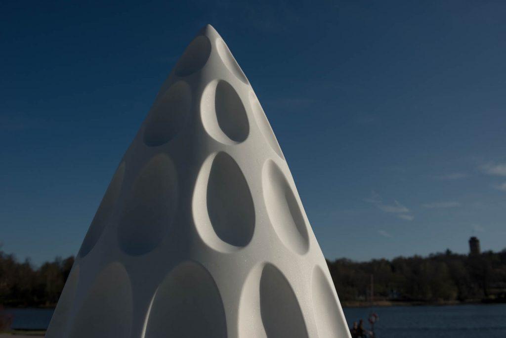 Detalj. Äggformade urholkningar i ett jämnt mönster i skulpturens sten. Monika Larsen Dennis, Restare, 2013