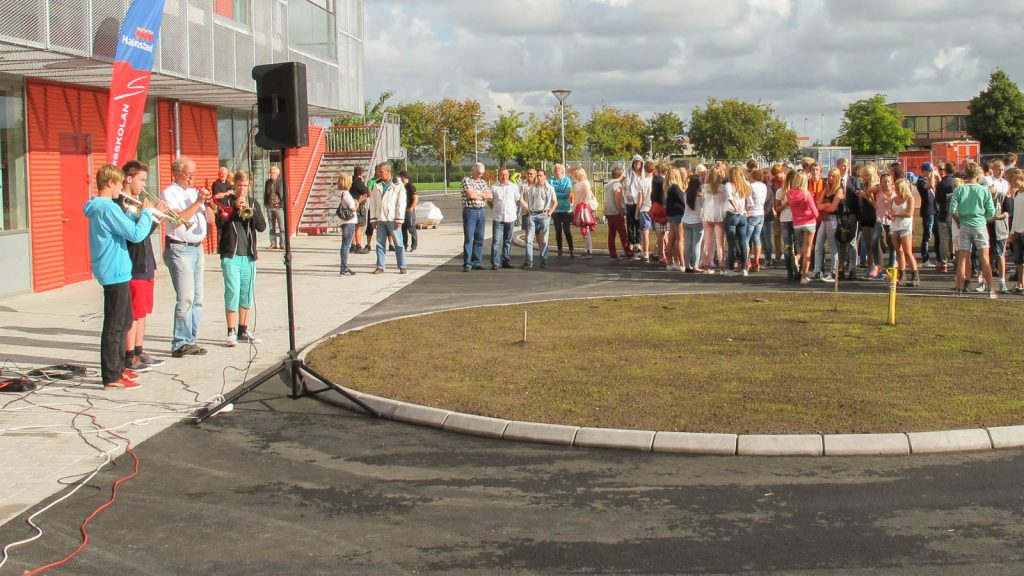 Några ungdomar spelar blåsinstrument utomhus. Andra lyssnar en bit ifrån. Pärra Andreasson, Vad Vi Vill