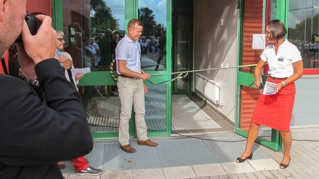 En man och en kvinna vid ett blågult band som blockerar ingångsdörren. Pärra Andreasson, Vad Vi Vill