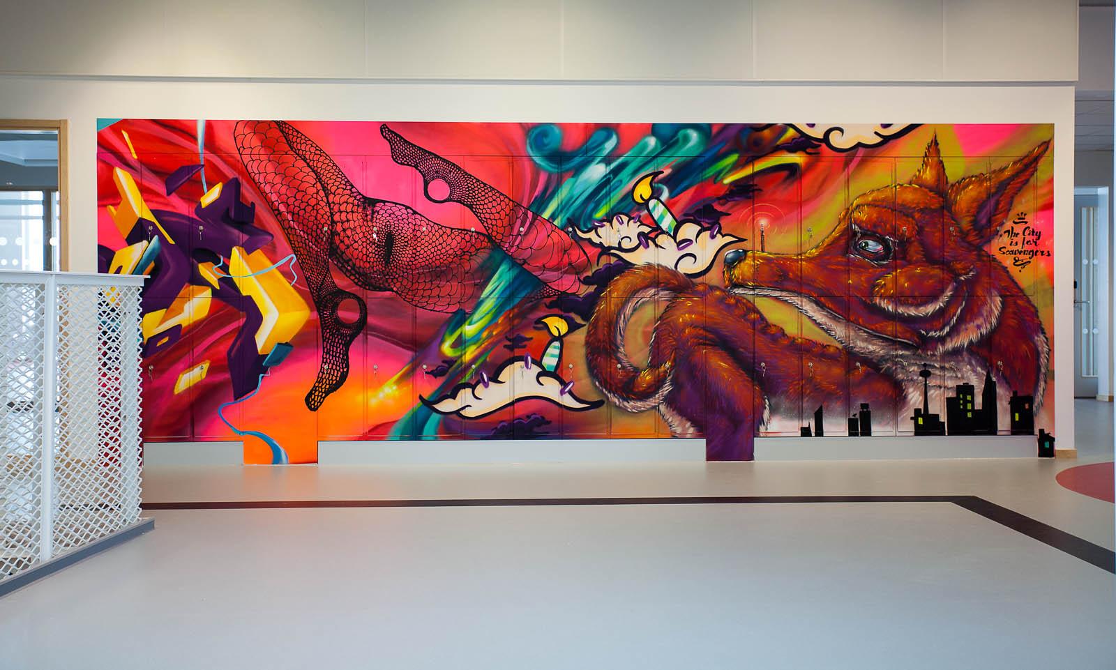 Rosaröd väggmålning med bl.a. en räv, en stadssiluett och ett par kvinnoben i nätstrumpbyxor. Pärra Andreasson, Vad Vi Vill, (2013).