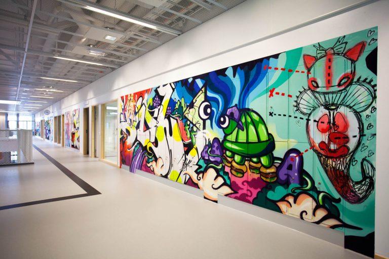 Rosaröd väggmålning med bl.a. en räv, en stadssiluett och ett par kvinnoben i nätstrumpbyxor. Pärra Andreasson, Vad Vi Vill, 2013