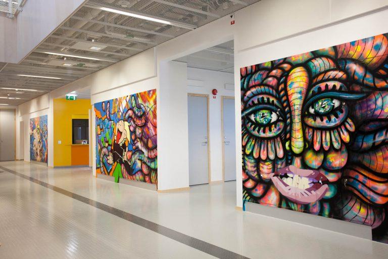 Graffitimålningarna är två meter höga och täcker de flesta väggar i ingångshallen. Pärra Andreasson, Vad Vi Vill, 2013