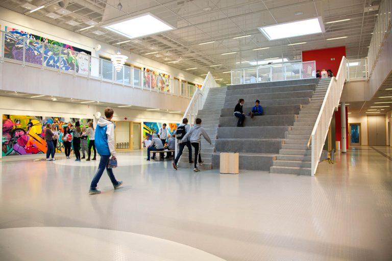 Ungdomar står i grupper eller går omkring i hallen. Pärra Andreasson, Vad Vi Vill, 2013