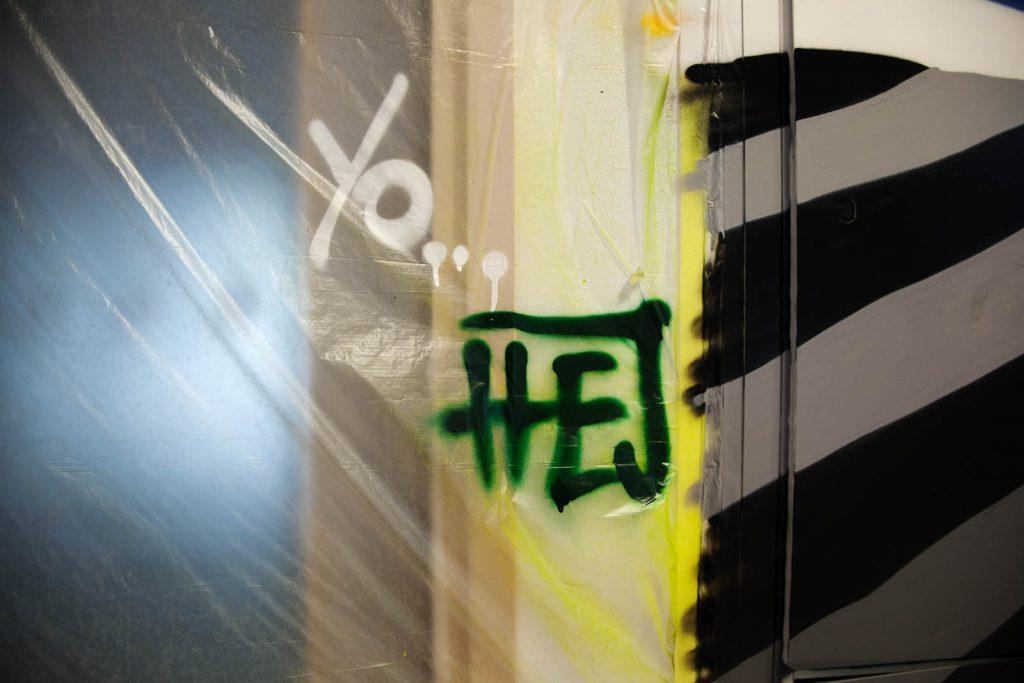 """""""Hej"""" står det sprayat på byggplasten. Pärra Andreasson, Vad Vi Vill"""