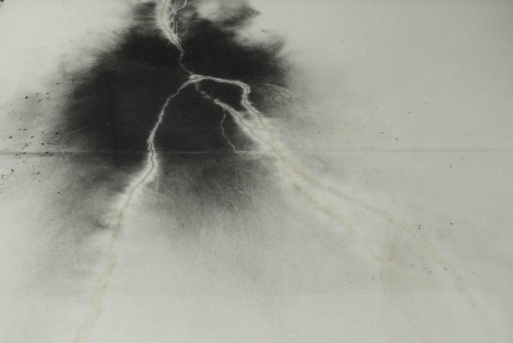 I kolets svärta syns ett rot- eller blixtspår efter elektriciteten. Nina Canell, Impulse Slight (100 000 Volt)