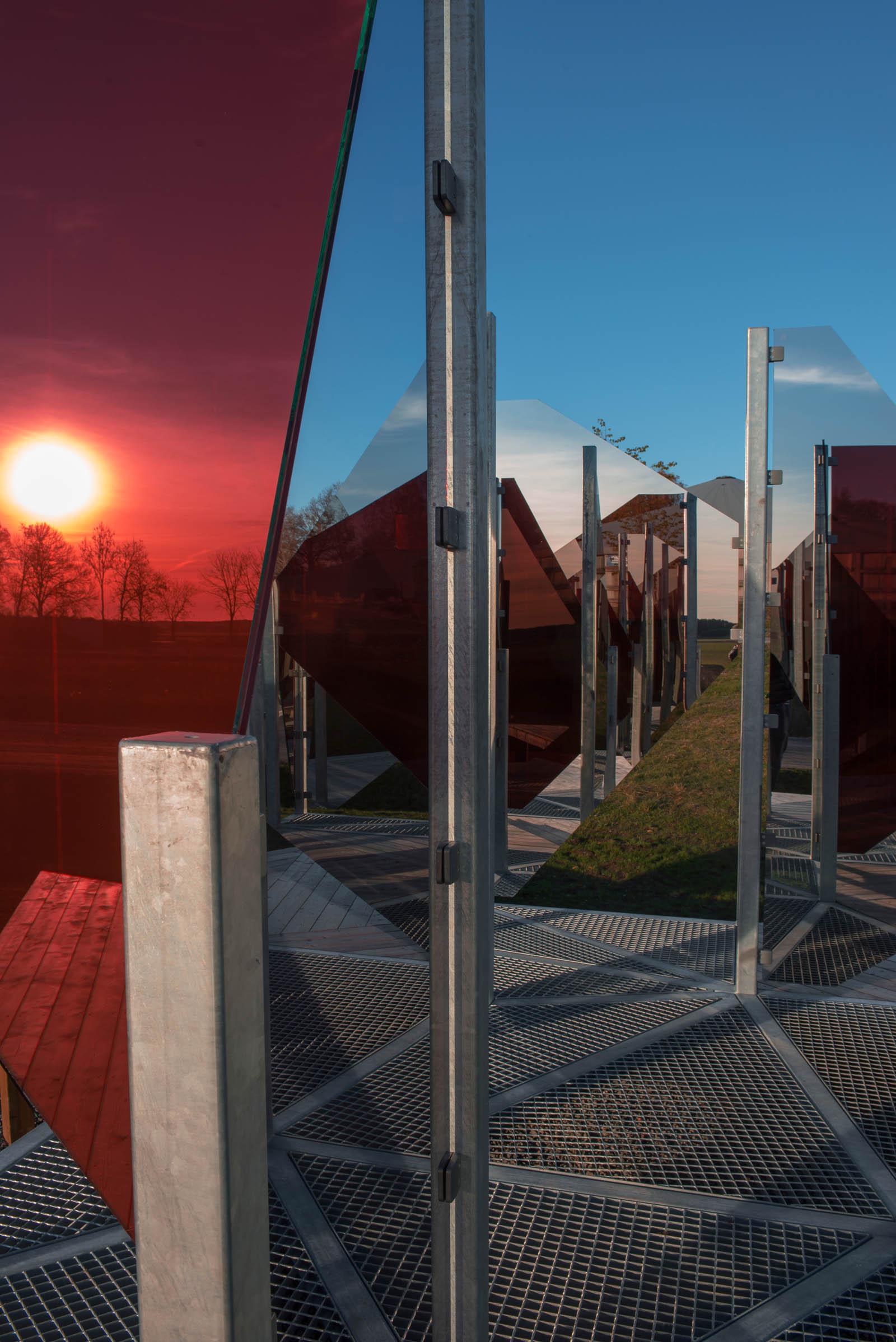 På nära håll skapas en mosaik av speglingar. Även den sjunkande solen fångas av glaset. Patrik Aarnivaara, Tidsglänta, 2013.