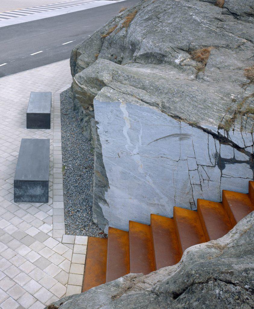 Vid trappans fot står två stenbänkar. Leo Pettersson och Mia Fkih Mabrouk, Utan titel, 2013