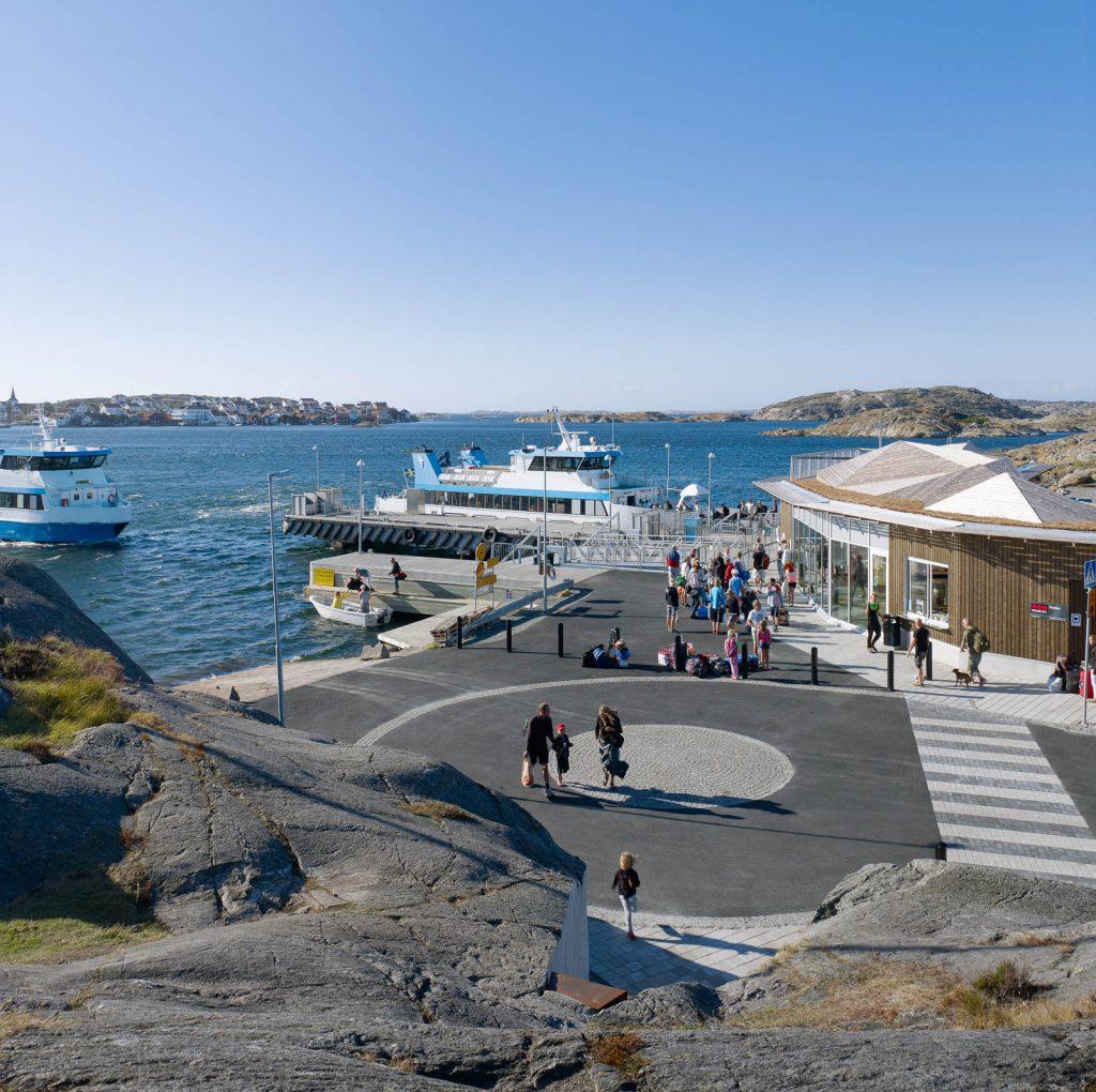 Färjeterminalen med två båtar, passagerare på land och terminalbyggnad. Leo Pettersson och Mia Fkih Mabrouk, Utan titel, 2013