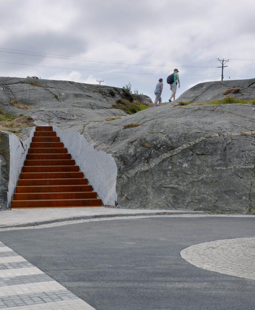 Trappan är bredast längst ner och smalnar av uppåt i en triangulär form. Trappan leder upp på klipporna. Leo Pettersson och Mia Fkih Mabrouk, Utan titel, 2013