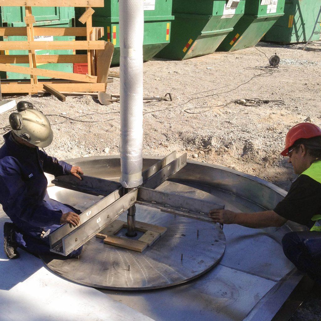 Första masten och korset som glasen skall sättas i monteras. Torbjörn Johansson, Källan Är
