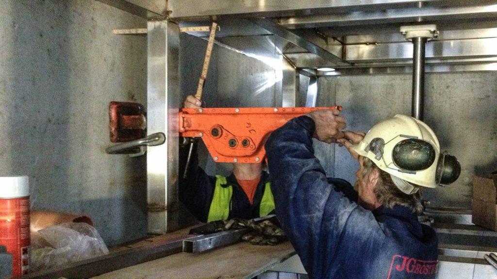 Poolen måste förflyttas i sidled. Byggarbetare med hjälm och verktyg. Torbjörn Johansson, Källan Är