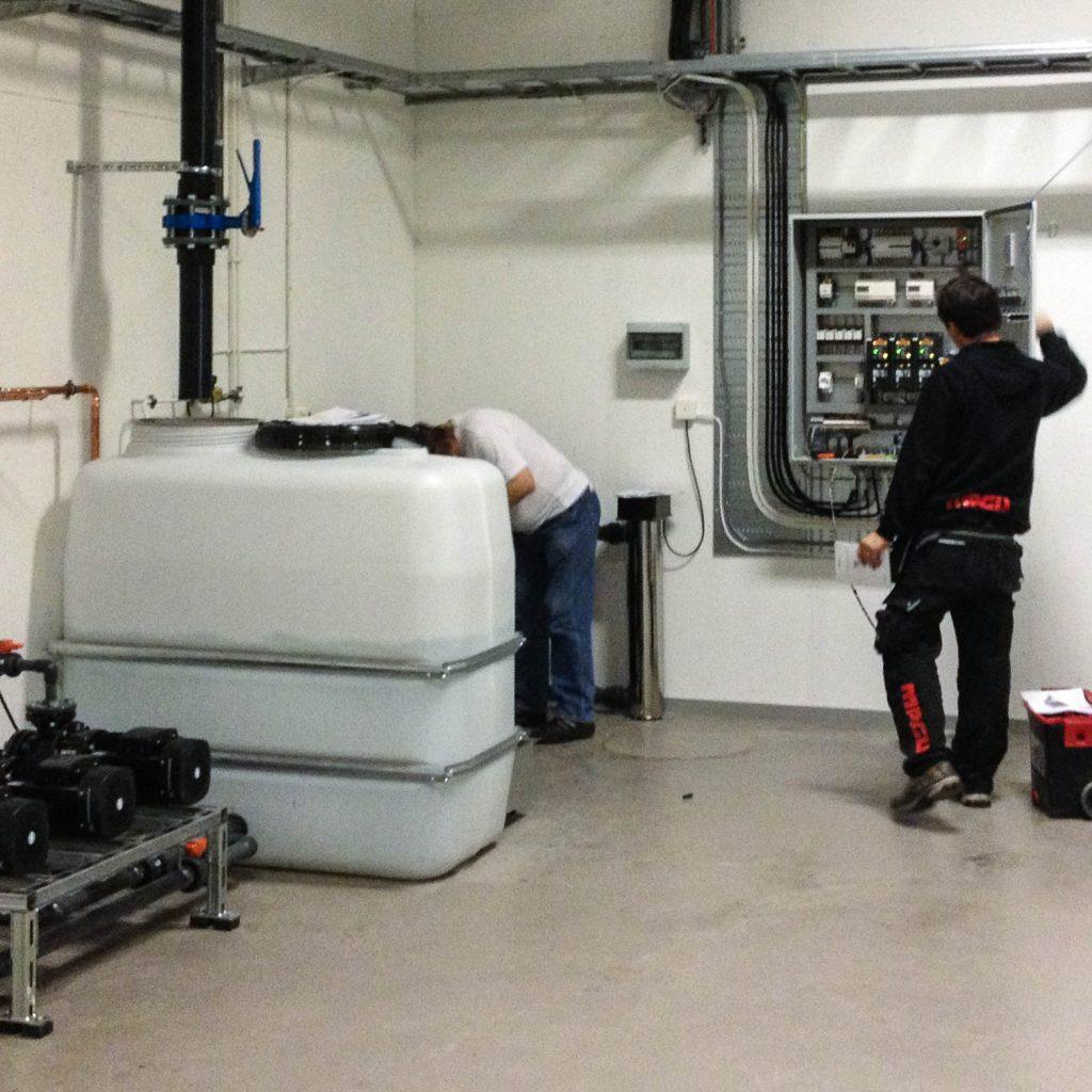 Vattenreglering via en stor vit tank och styrskåp i källaren. Torbjörn Johansson, Källan Är
