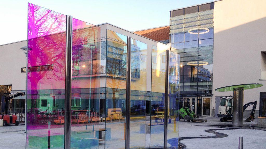 Det runda glaset och seglen är laminerat med en folie som reflekterar, speglar och bryter ljus. Torbjörn Johansson, Källan Är,