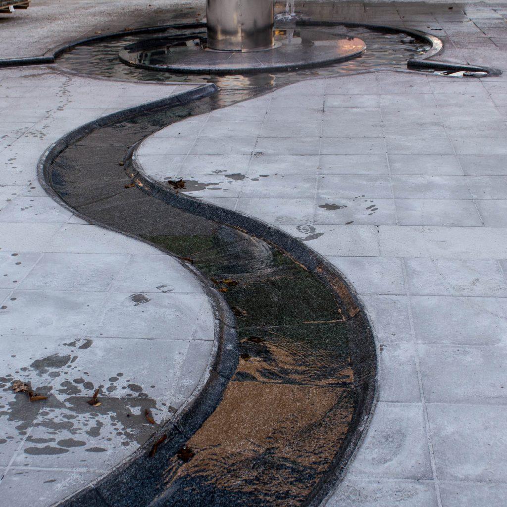 Rännilen är en slingrande vattenränna i stenläggningen.