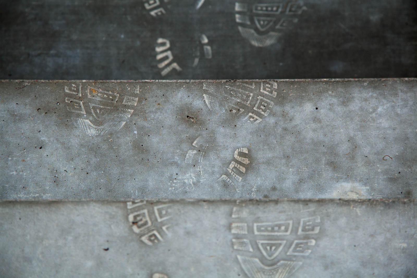 Fotavtryck i cementen på trappsteget. Johan Thurfjell, Egen ingång, 2014