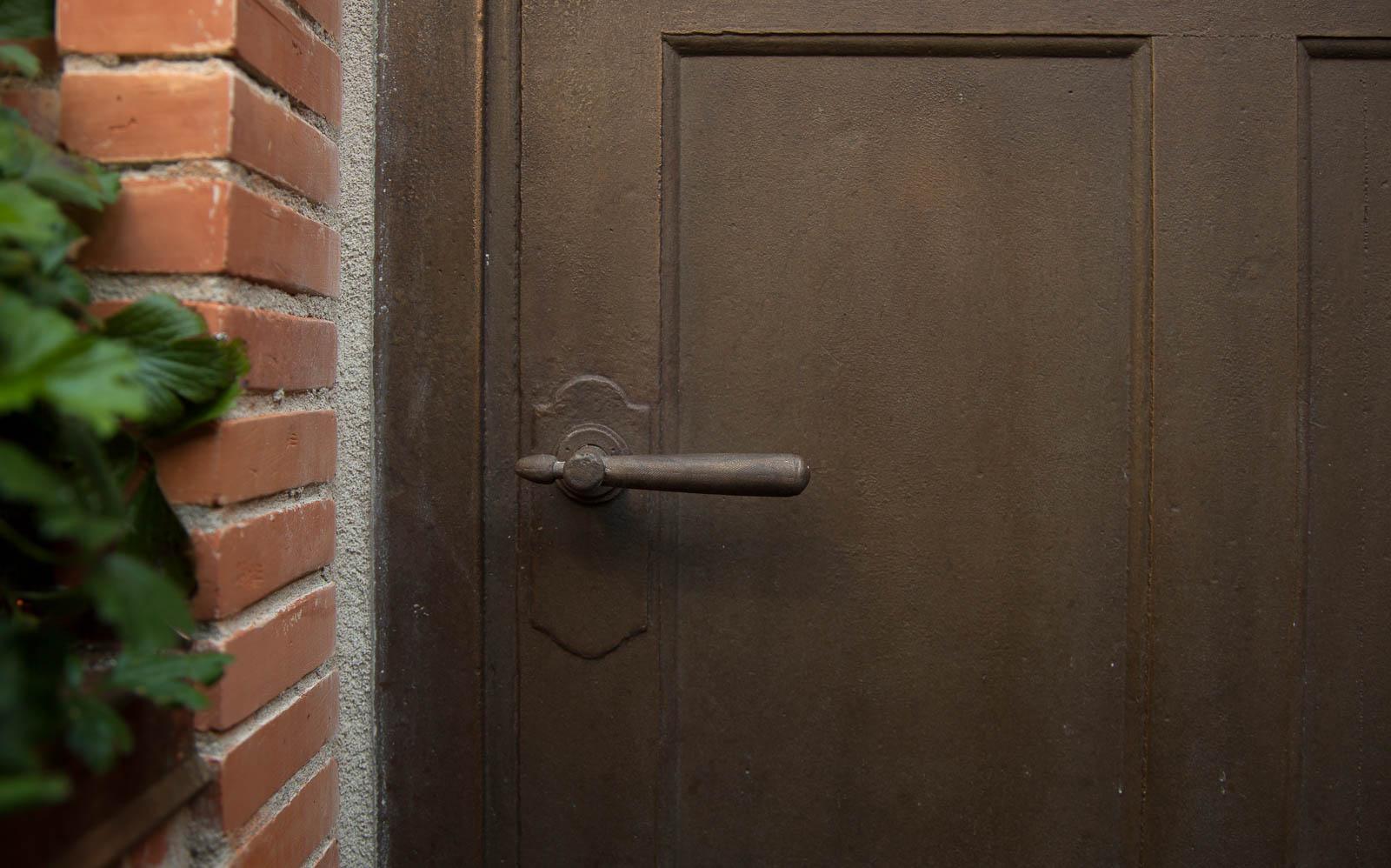 Låg brun port med dörrhandtag. Johan Thurfjell, Egen ingång, 2014